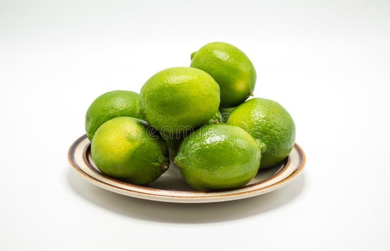 Calce verdi mature su un piccolo piatto fotografia stock libera da diritti