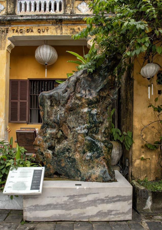 Calcedônia na frente das pedras preciosas Art Museum, Hoi An, Vietname fotos de stock royalty free