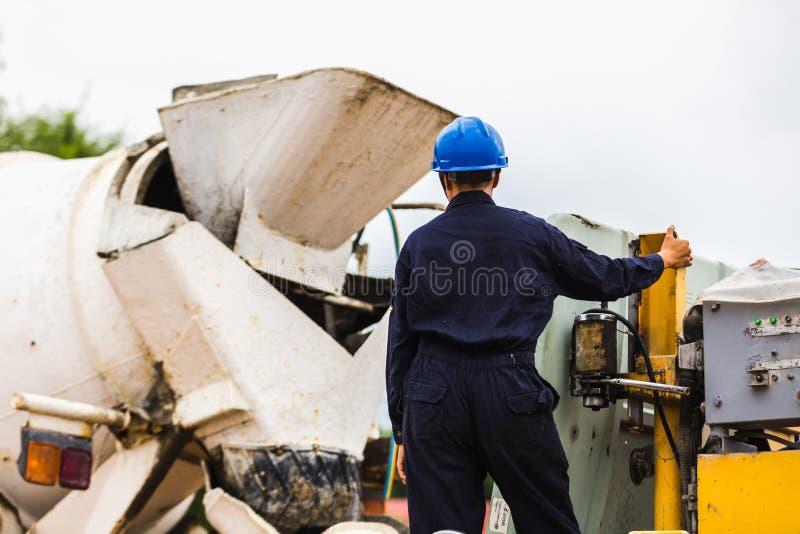 Calcestruzzo dell'asta di controllo del lavoratore degli uomini della costruzione fotografie stock libere da diritti