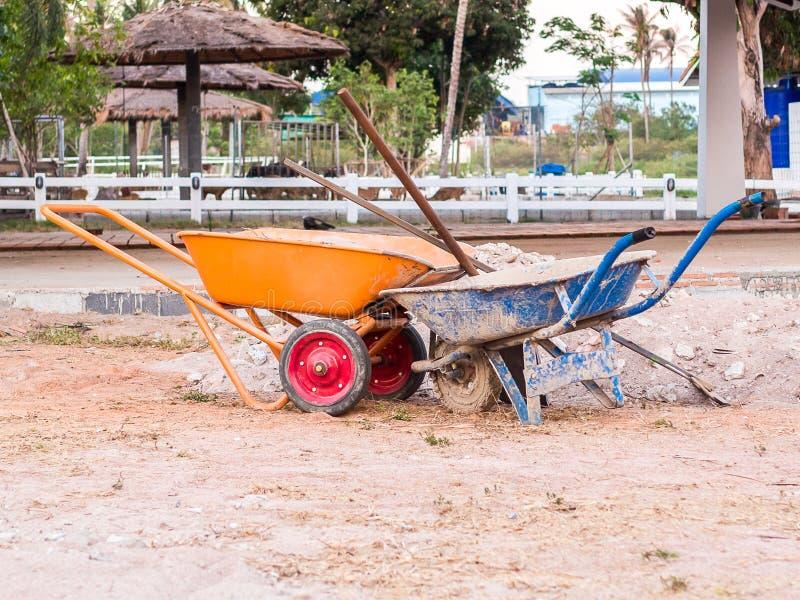 Calcestruzzo sporco della carriola per costruzione fotografie stock libere da diritti