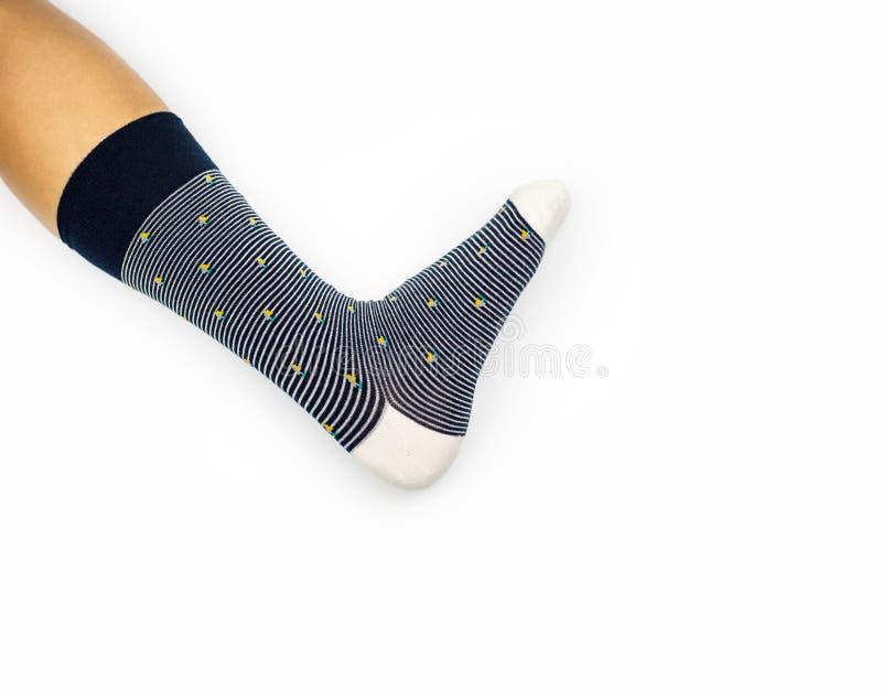 Calcetín en la pierna, lado del calcetín uno de la pierna que lleva en el fondo blanco fotografía de archivo