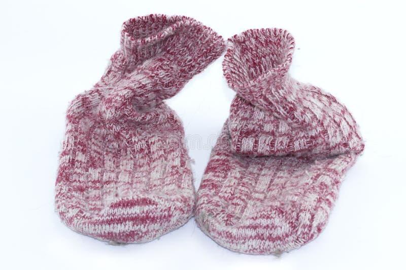 Calcet?n hecho a mano colorido, calcetines hechos punto de las lanas en un fondo blanco imagen de archivo libre de regalías