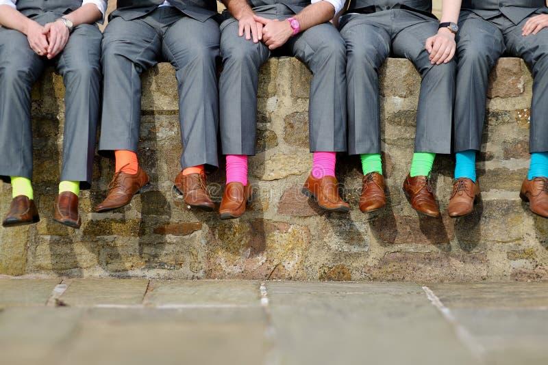 Calcetines coloridos de padrinos de boda imagen de archivo libre de regalías
