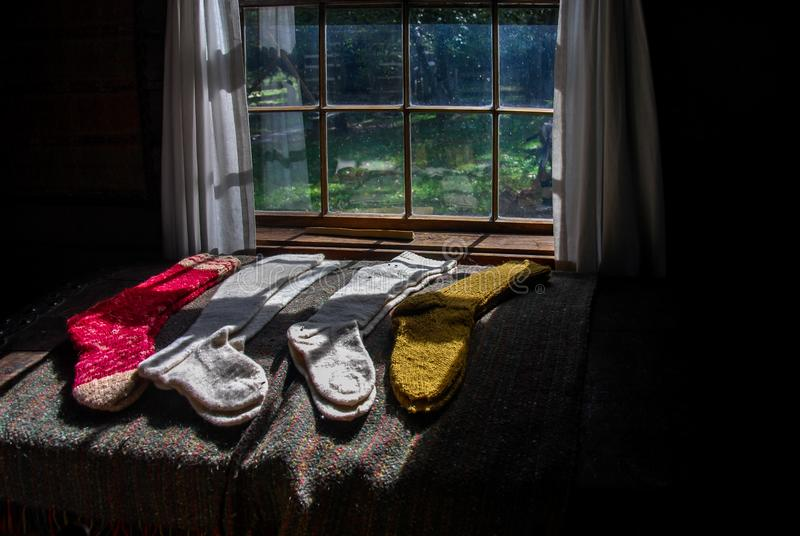 Calcetines de lana hechos a mano hermosos que ponen en el Sun imagen de archivo libre de regalías