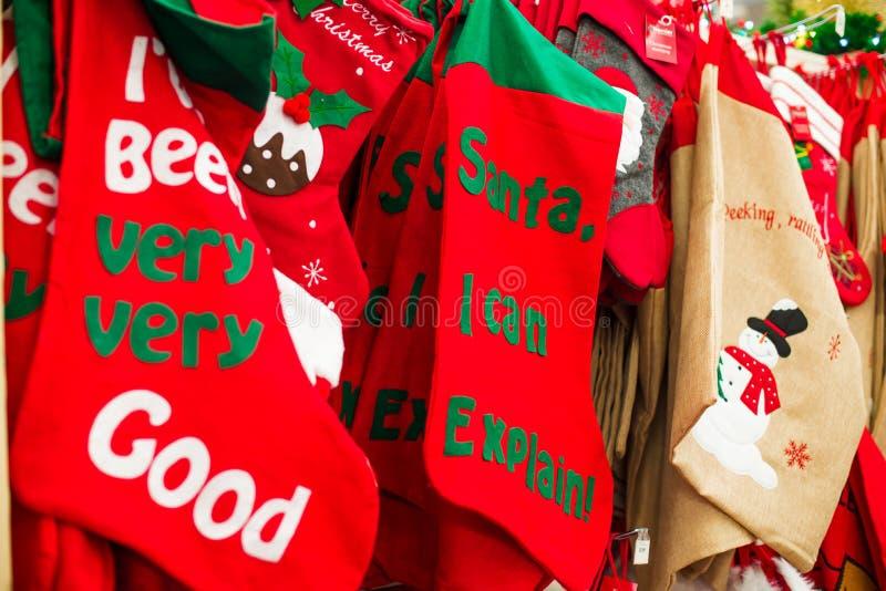 Calcetines grandes de la Navidad en tienda Concepto del Año Nuevo y de la Feliz Navidad Buenos deseos foco selectivo suave, espac fotos de archivo libres de regalías