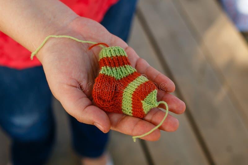 Calcetines hechos punto para los bebés prematuros en las manos fotografía de archivo libre de regalías