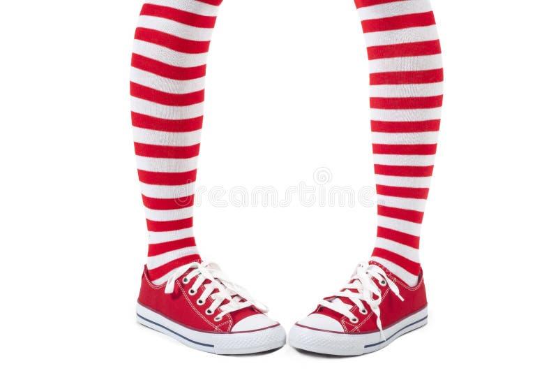 Calcetines rojos rayados que llevan de la chica joven imagen de archivo libre de regalías