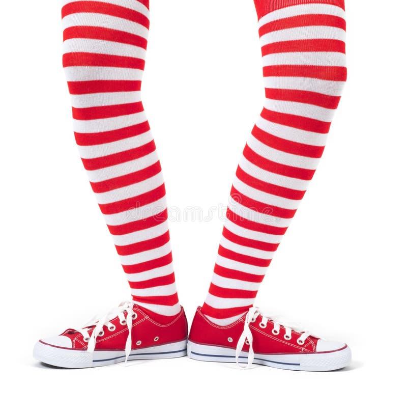 Calcetines rojos rayados que llevan de la chica joven fotografía de archivo