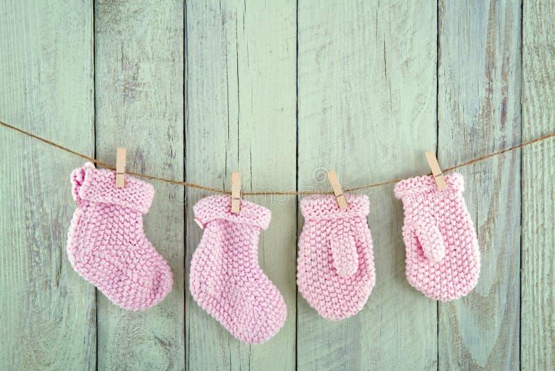 Calcetines y manoplas en cuerda para tender la ropa del vintage fotos de archivo