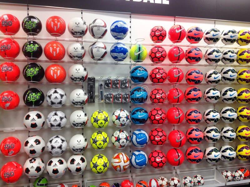 Calci o palloni da calcio su esposizione in un deposito di sport immagini stock libere da diritti