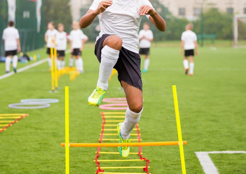 Calciatore del ragazzo nell'addestramento Giovani calciatori a pratica fotografia stock