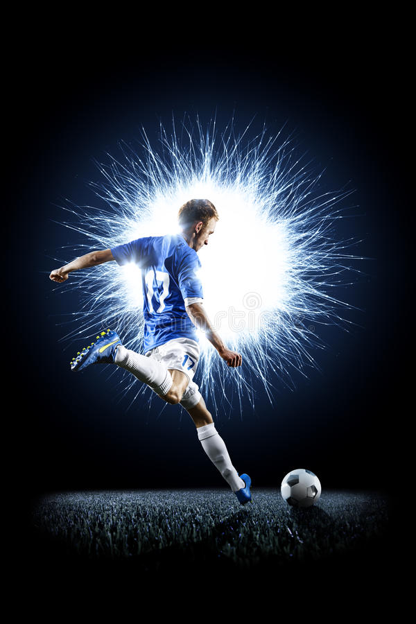 Calciatore di calcio professionistico nell'azione sul nero fotografia stock
