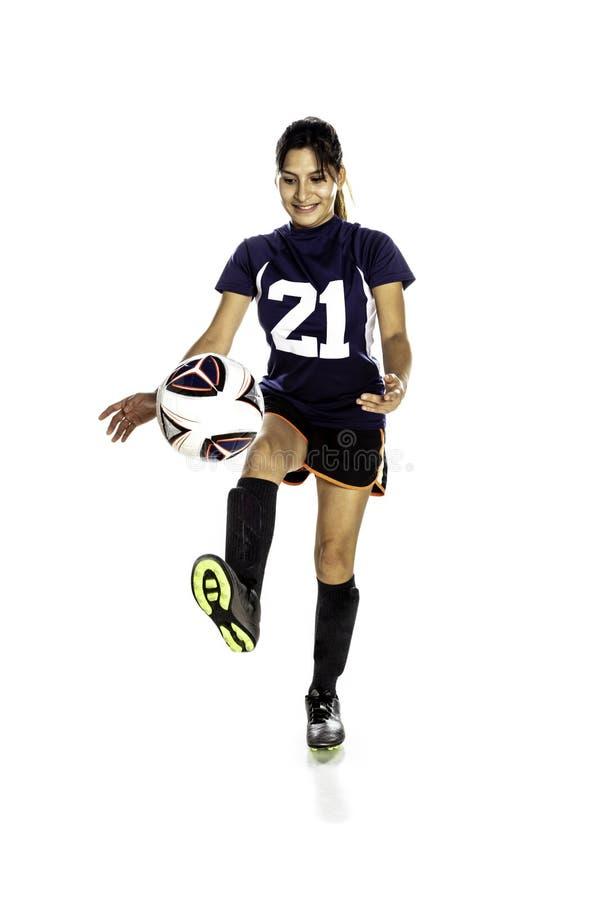 Calciatore femminile di Latina che dà dei calci ad una palla fotografie stock