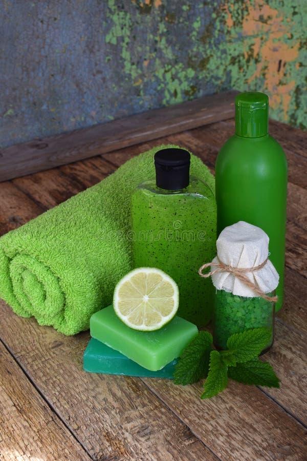 Calcini i prodotti del trattamento di bellezza della composizione nella menta nei colori verdi: sciampo, sapone, sale da bagno, a immagini stock