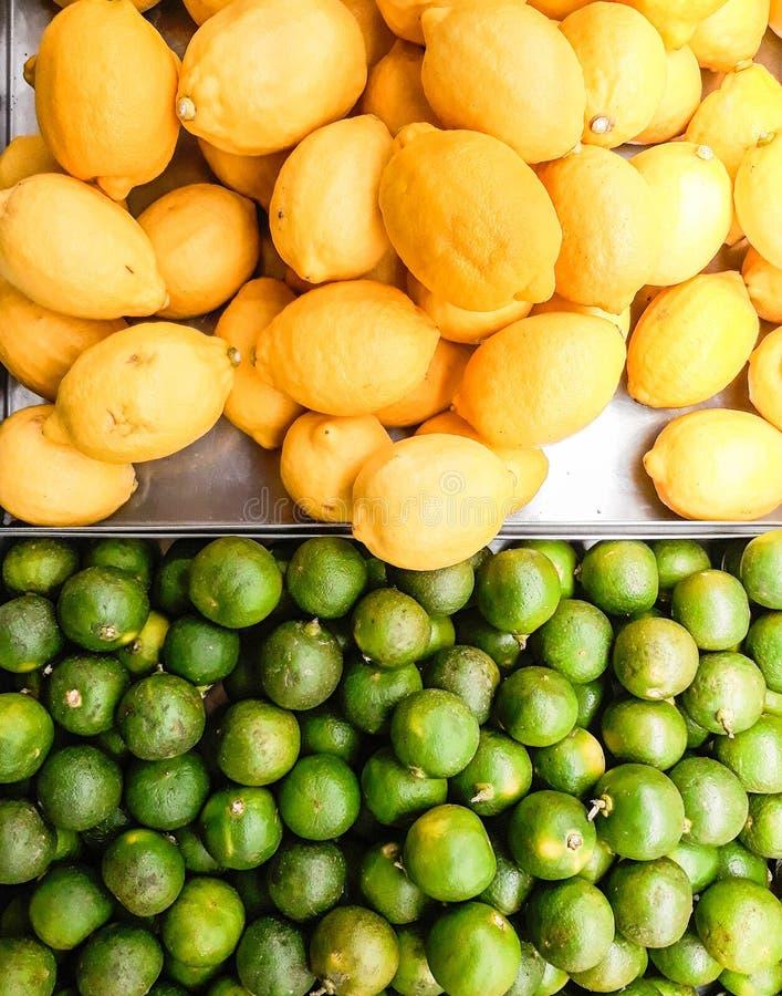 Calcini verde e giallo limone sul pavimento di vendita immagine stock libera da diritti