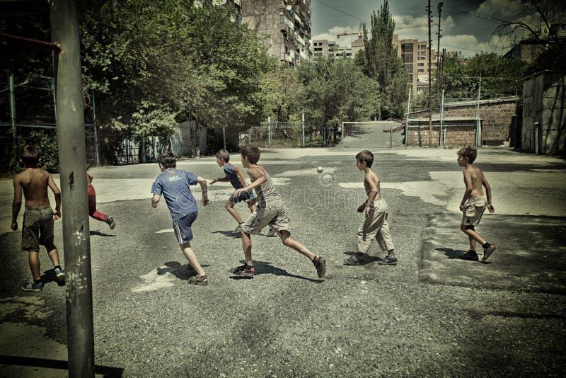 Calcio dei ragazzi nel calcio dell'Armenia, ragazzo, palla, gioco, calcio, bambino, gioco, bambino, sport, scopo, attivo, concorr fotografia stock libera da diritti