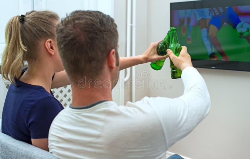 Calcio di sorveglianza delle coppie emozionanti immagine stock