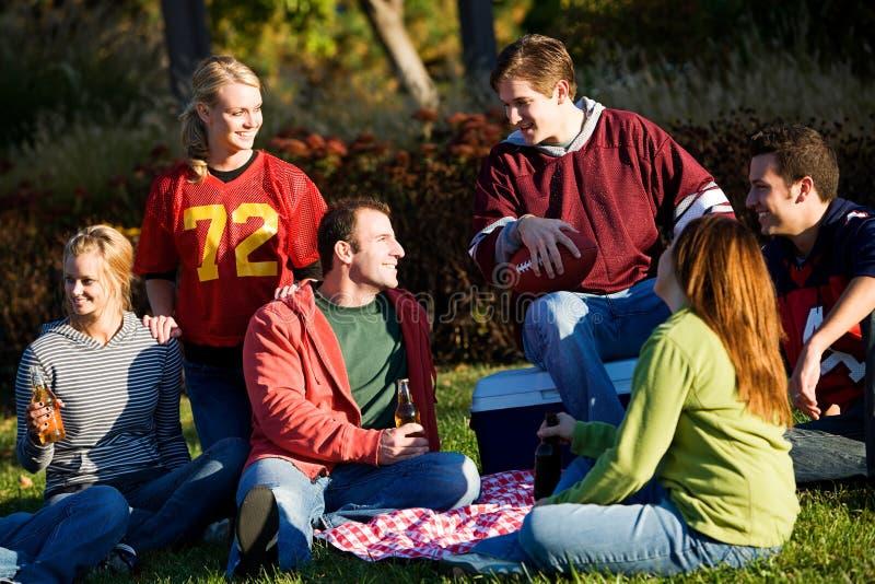 Download Calcio: Gruppo Di Amici Che Hanno Picnic In Parco Immagine Stock - Immagine di sfera, seduta: 56891067