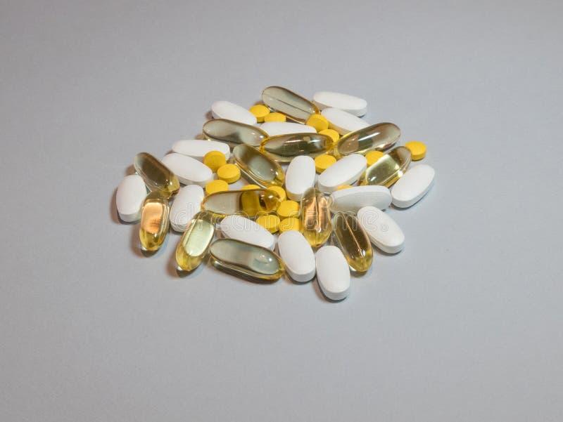 Calcio naturale misto di Omega 3 delle pillole dell'integratore alimentare, magnesio immagini stock libere da diritti