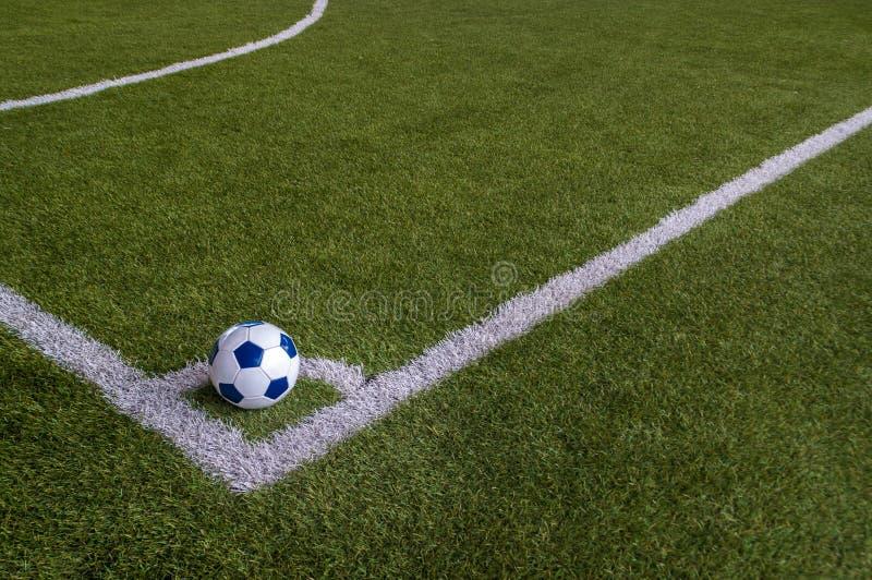 Calcio nell'angolo del campo di erba artificiale immagine stock libera da diritti