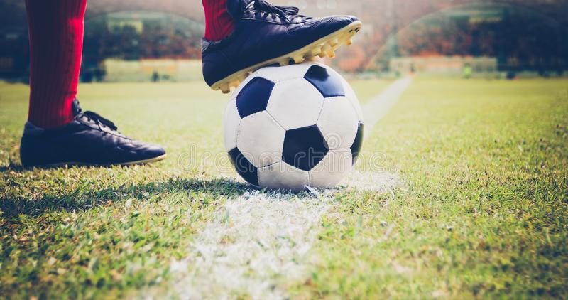 Calcio o giocatore di football americano che sta con la palla sul campo per Ki immagini stock libere da diritti