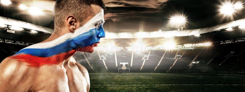 Calcio o tifoso con bodyart sul fronte - bandiera della Russia, sullo stadio Coppa del Mondo 2018 immagini stock libere da diritti