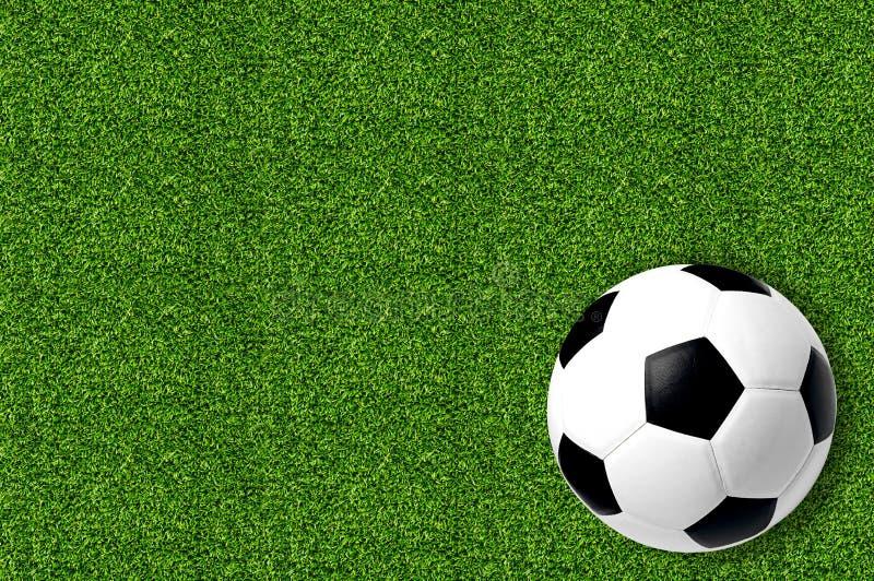 Calcio sull'erba verde della molla fresca fotografie stock libere da diritti
