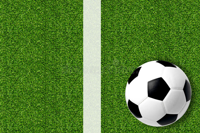 Calcio sull'erba verde della molla fresca fotografia stock
