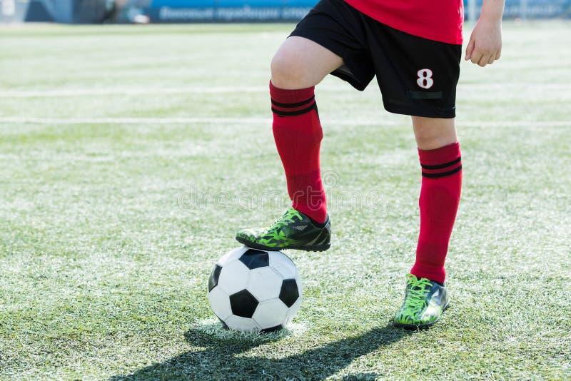 Calcio Team Captain con la palla fotografia stock libera da diritti