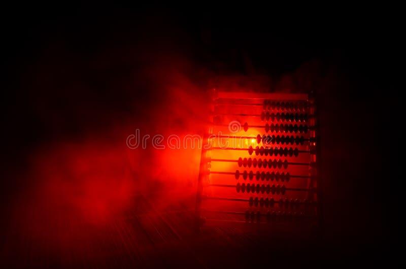 Calcolatore cinese con le perle variopinte sul fondo arancio di buio del fumo del fuoco Foto dell'affare, bambino, istruzione, te immagini stock