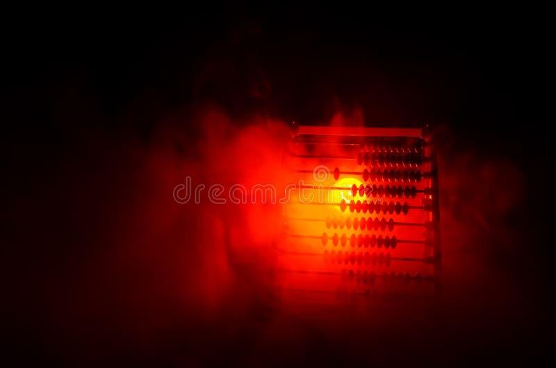 Calcolatore cinese con le perle variopinte sul fondo arancio di buio del fumo del fuoco Foto dell'affare, bambino, istruzione, te immagine stock libera da diritti