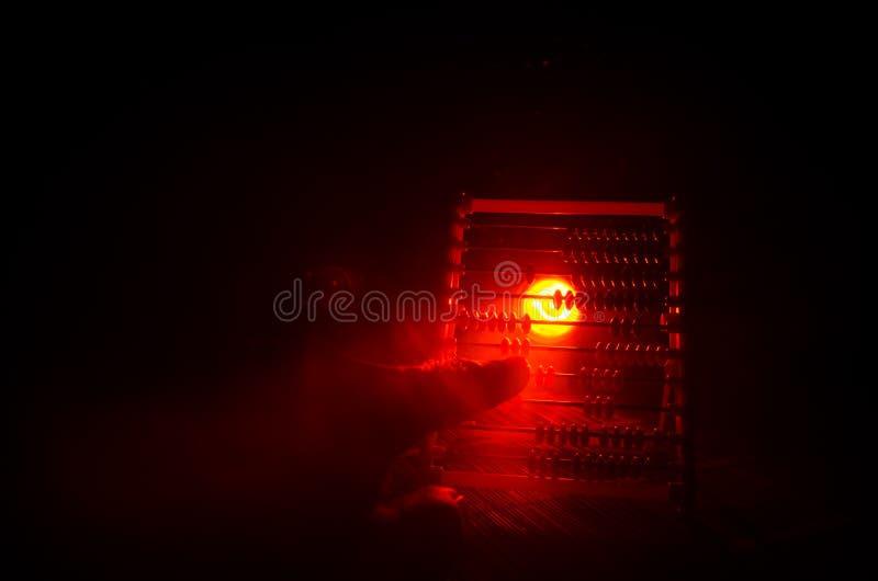 Calcolatore cinese con le perle variopinte sul fondo arancio di buio del fumo del fuoco Foto dell'affare, bambino, istruzione, te immagini stock libere da diritti
