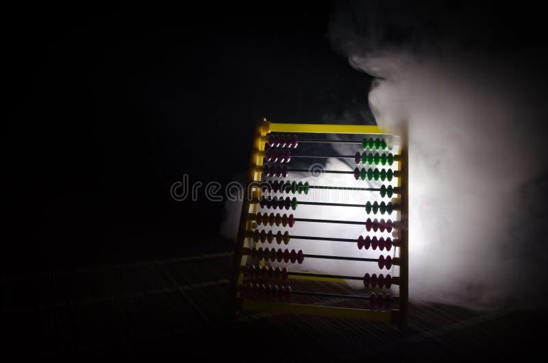 Calcolatore cinese con le perle variopinte sul fondo arancio di buio del fumo del fuoco Foto dell'affare, bambino, istruzione, te fotografie stock