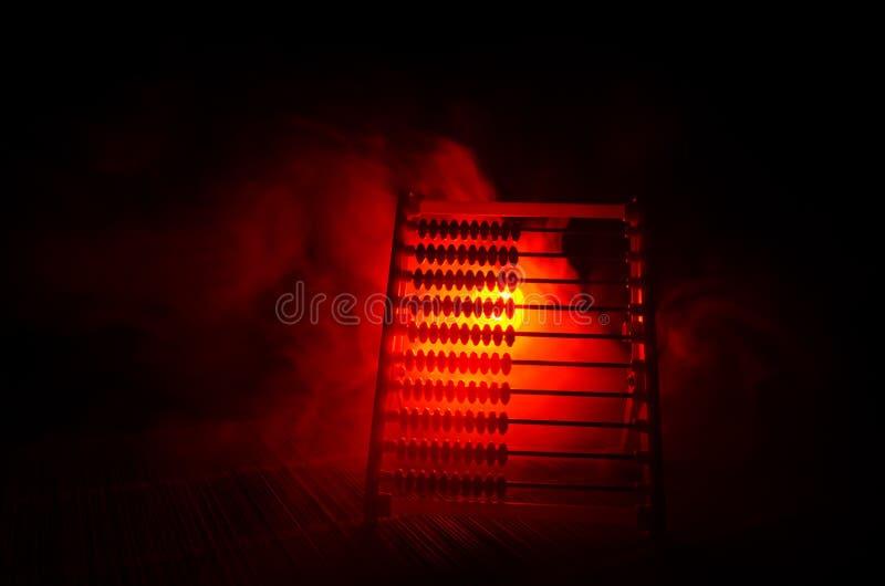 Calcolatore cinese con le perle variopinte sul fondo arancio di buio del fumo del fuoco Foto dell'affare, bambino, istruzione, te fotografia stock libera da diritti