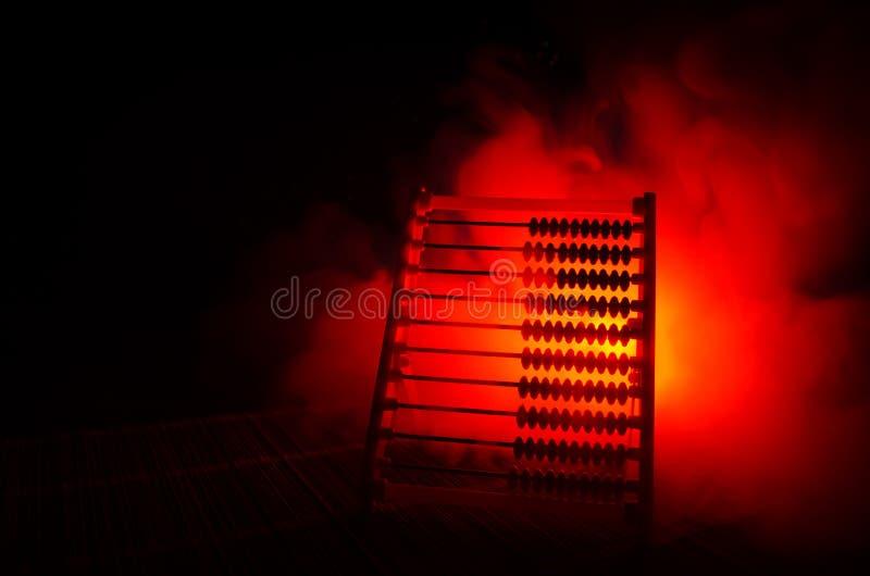 Calcolatore cinese con le perle variopinte sul fondo arancio di buio del fumo del fuoco Foto dell'affare, bambino, istruzione, te fotografia stock