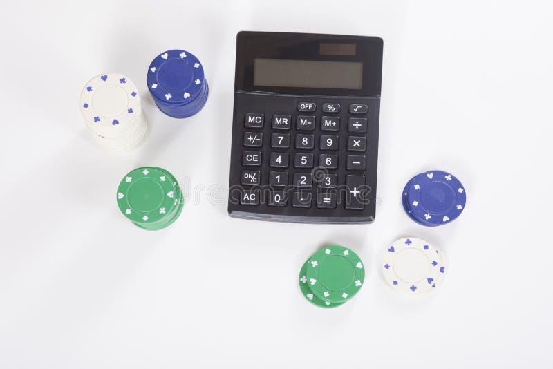 Calcolatore circondato dai chip di mazza assortiti immagini stock libere da diritti