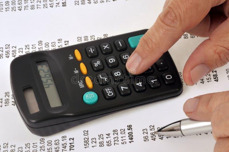 Calcolatore con i documenti finanziari illustrazione di stock