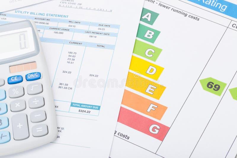 Calcolatore con il grafico di valutazione di energia e della fattura pratica immagini stock libere da diritti