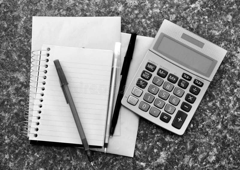 Calcolatore con il rilievo di nota fotografia stock libera da diritti