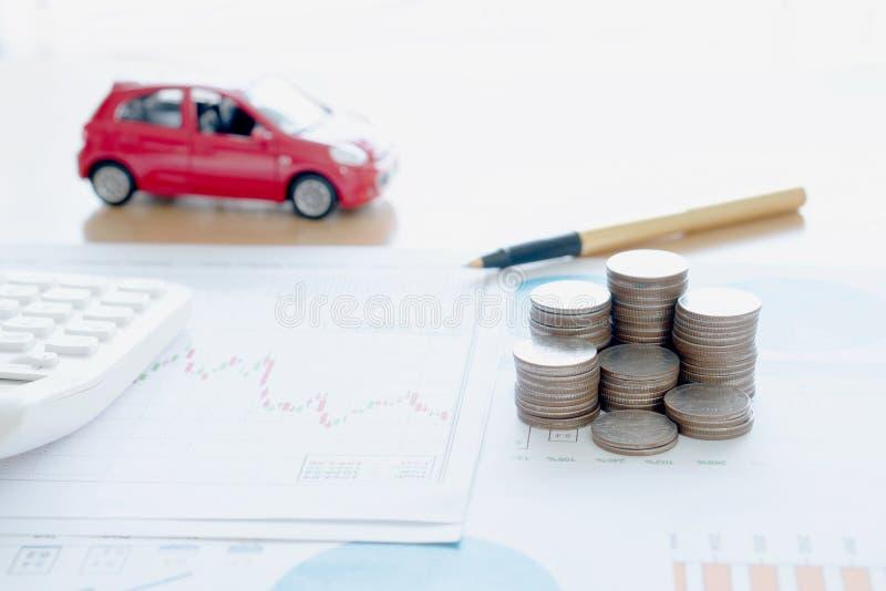 Calcolatore e monete sul rapporto finanziario immagine stock