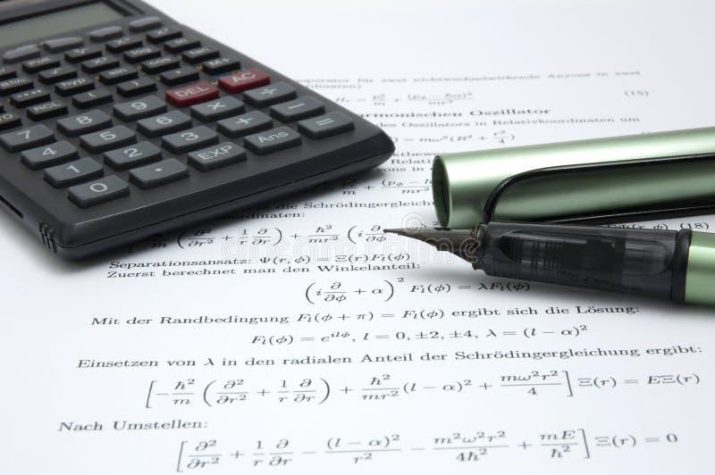 Calcolatore e penna su documento scientifico fotografia stock