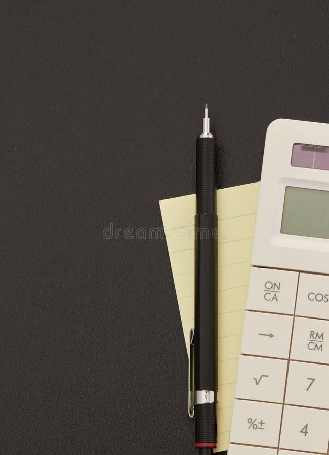 Calcolatore, nota adesiva e penna immagine stock