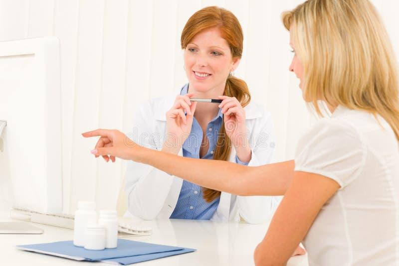 Calcolatore paziente del punto di consultazione femminile del medico immagini stock libere da diritti