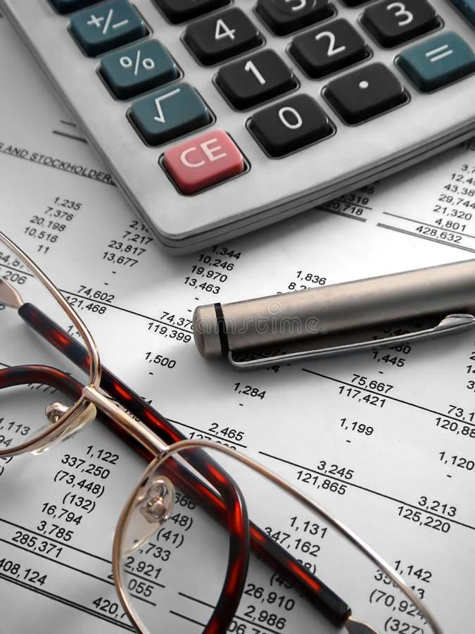 Calcolatore, penna e vetri sopra fotografia stock libera da diritti