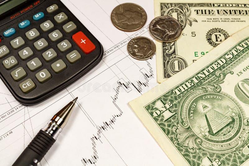 Calcolatrice elettronica, monete con le banconote dei dollari americani e penna di palla sui precedenti di programma di crescita  immagini stock libere da diritti