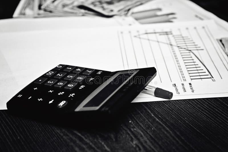 Calcoli di calcolo delle relazioni monetarie Soldi per successo nell'affare immagini stock