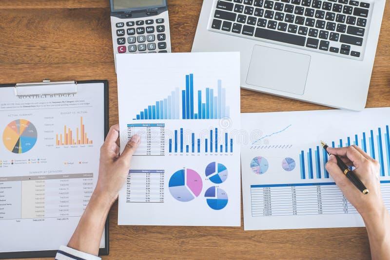 Calcoli femminili, verifica ed analizzare del ragioniere il gr finanziario fotografia stock libera da diritti