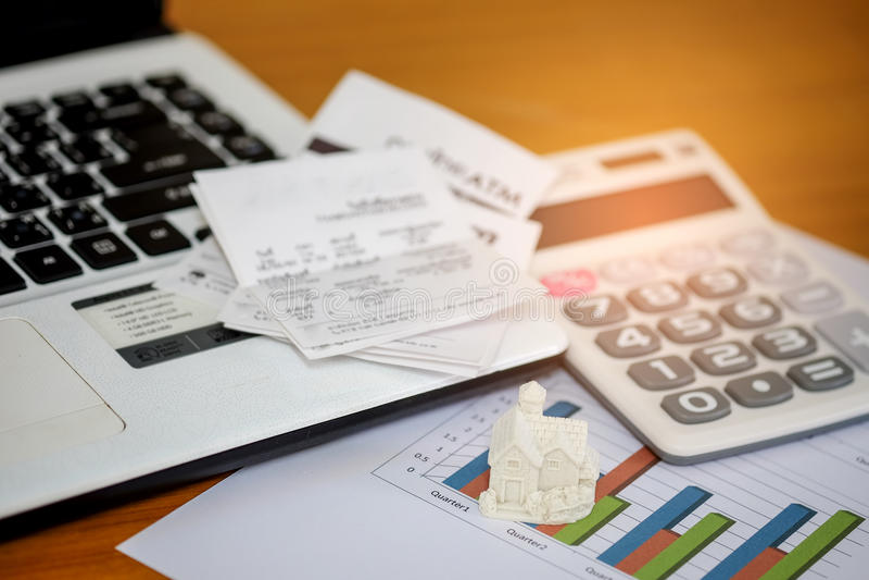 Calcoli il reddito e le spese per comprare una casa immagini stock