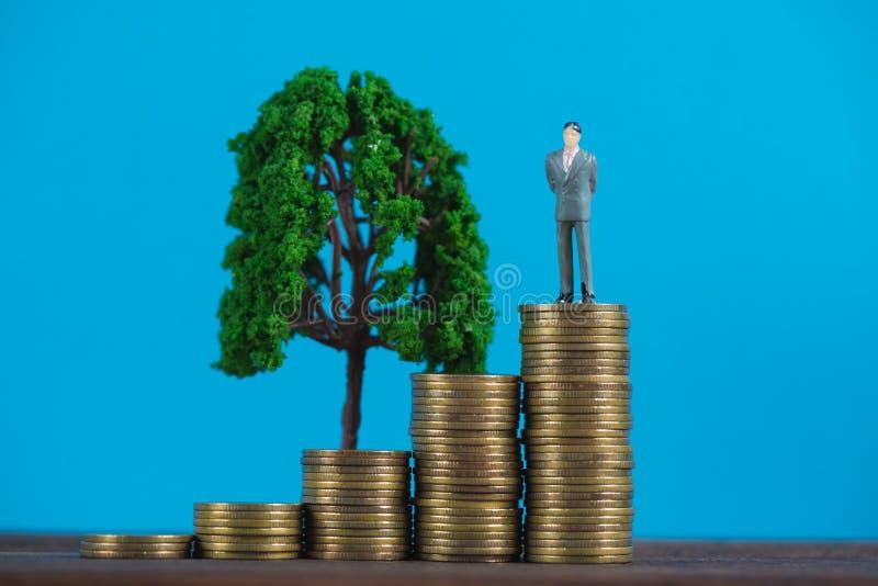 Calcoli l'uomo d'affari miniatura o il piccolo investitore della gente che sta la o immagini stock