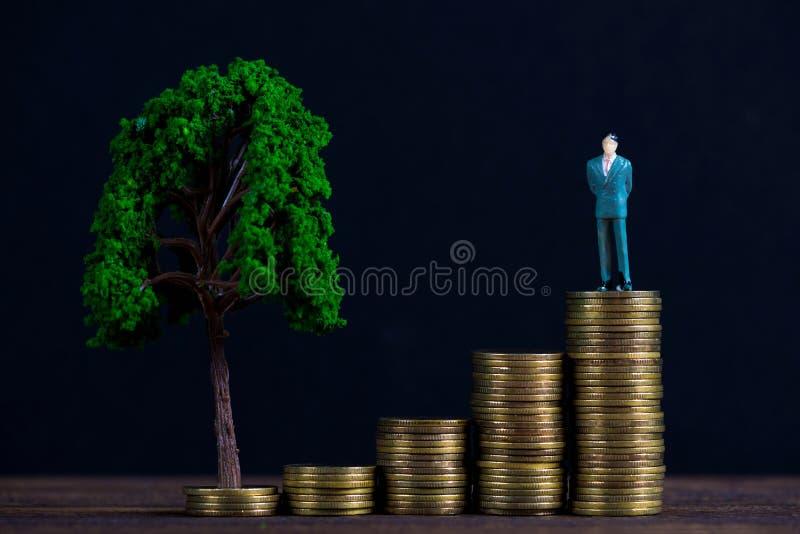 Calcoli l'uomo d'affari miniatura o il piccolo investitore della gente che sta la o fotografia stock libera da diritti